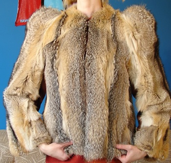 Élõ állatból készített kabát :( (állattemetõ)