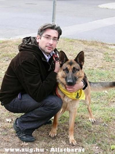 Azurák Csaba és a megmentett németjuhász kutya