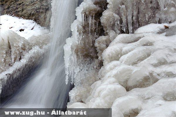 Jégalakzatokat hozott létre egy patak lezúduló vize a Karancs-Medves vidékén Salgótarján közelében