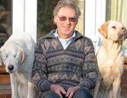 A vakvezető kutyus nemcsak gazdáját, hanem megvakult társát is segíti