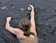 Fagyos vízbe ugrott a férfi, hogy kimentse a bajba jutott madarat