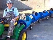 Kisvonatot épített örökbefogadott kutyusainak az idős bácsi