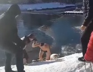 Befagyott tóba ugrott a férfi, hogy megmentsen egy kutyát